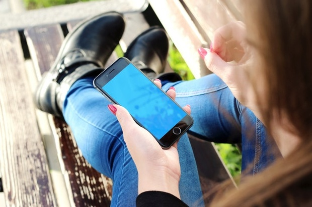Schools should ban mobile phones to improve students' academic results and mental wellbeing